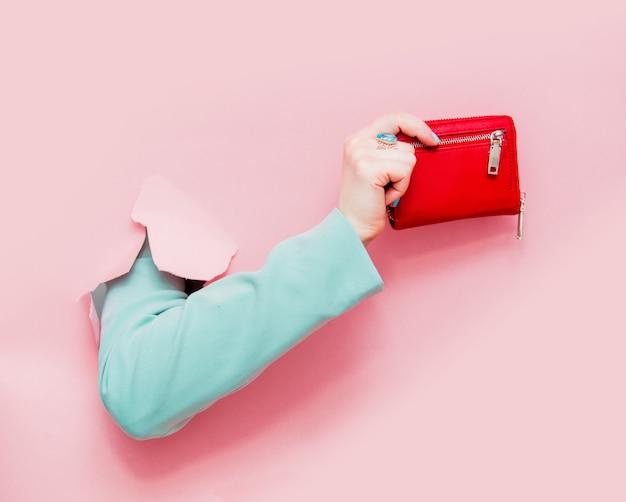 古典的な青いジャケットショー財布の女性の手
