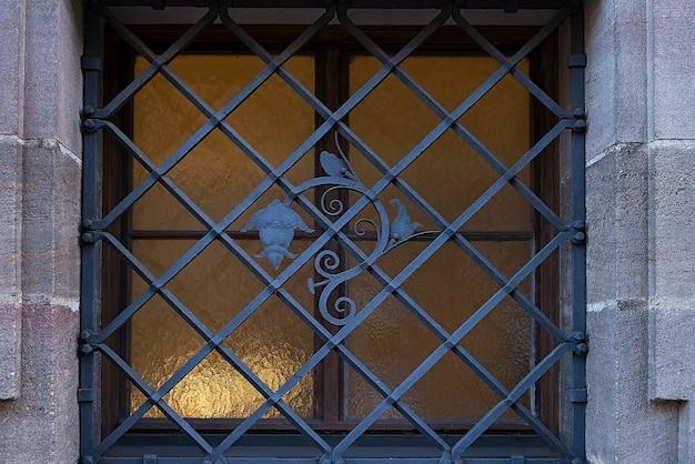 窓と錬鉄製の格子と壁