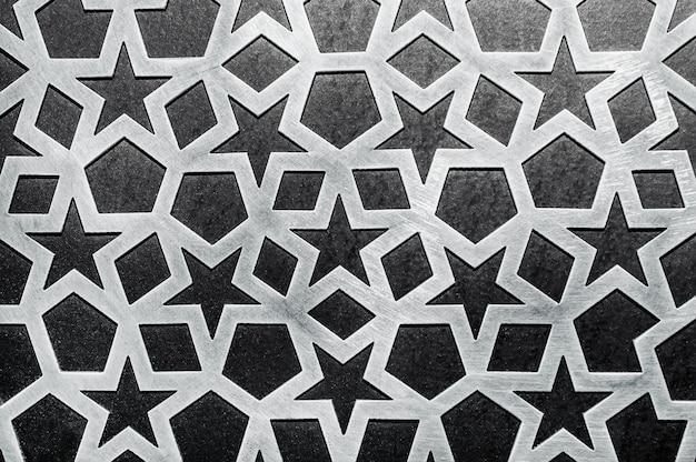 Металлический орнамент на фоне стены