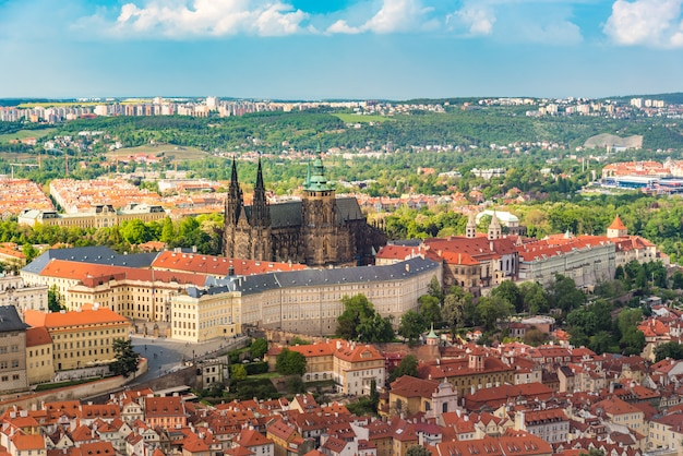 美しい空、プラハの街の真ん中にプラハ城