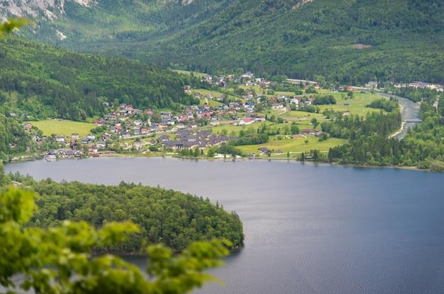 オーストリアアルプスのハルシュタットの村の空撮