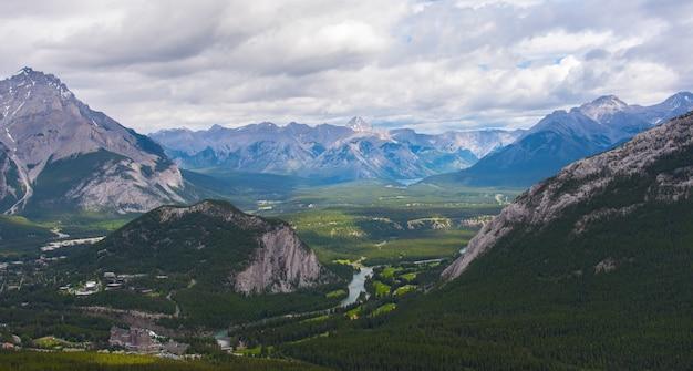 曇りの日、夏、バンフ国立公園、アルバータ州、カナダの上からのバンフ