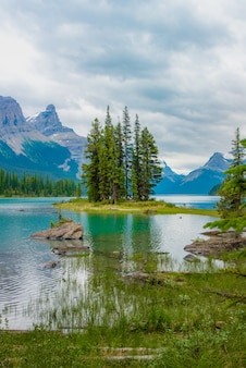背景に、アルバータ州、カナダの大きな山とスピリット島のカナダの森林風景。