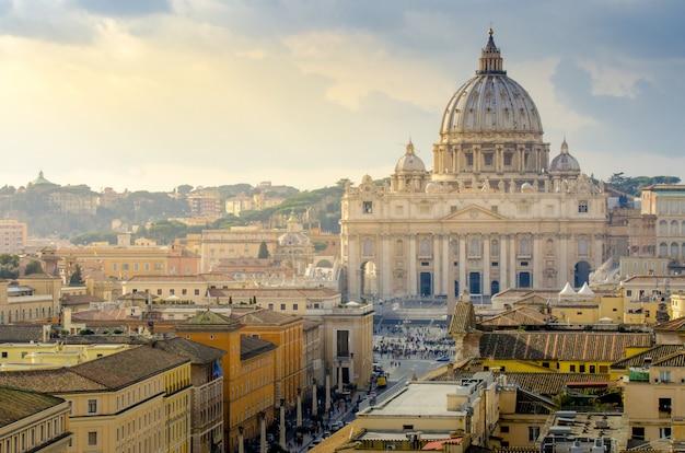 Ватикан от антенны с солнечными лучами в закат, рим, италия
