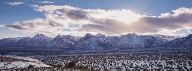 パノラマのレッドロック国立公園に雪が降る