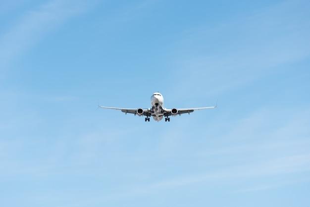 青い空を飛んでいる商業用飛行機、フルフラップと着陸装置の拡張