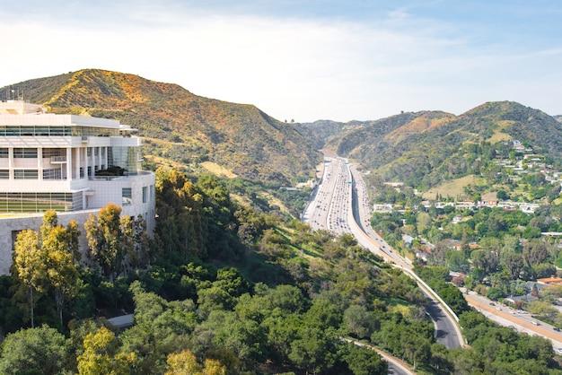 ロサンゼルスの高速道路の木々と建物