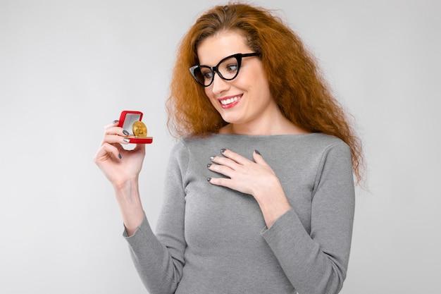 ギフト用の箱と興奮した女性