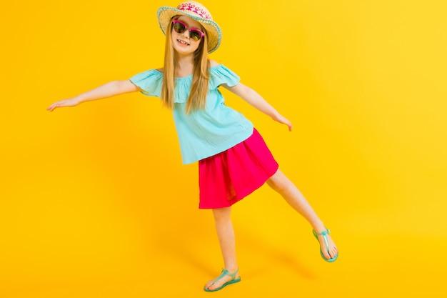 帽子、サングラス、夏のドレス、サンダルで美しい少女の肖像画。
