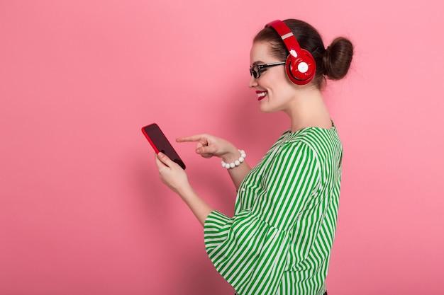 Деловая женщина с телефоном и наушниками