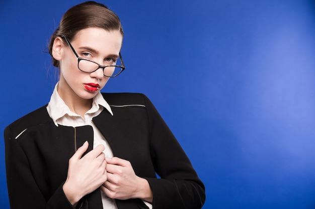 メガネと口紅を持つ若い女の子