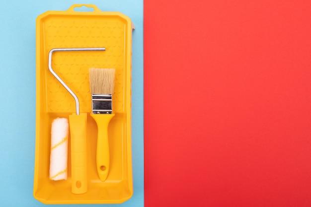 Инструменты рисования. кисть и валик с подносом для краски