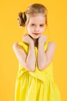腰でブロンドの女の子の肖像画
