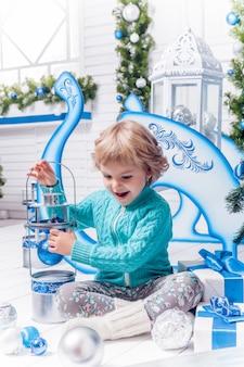 クリスマスのおもちゃで遊ぶ少女
