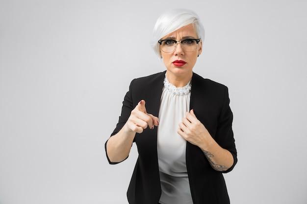 Портрет молодой бизнес-леди в костюмах