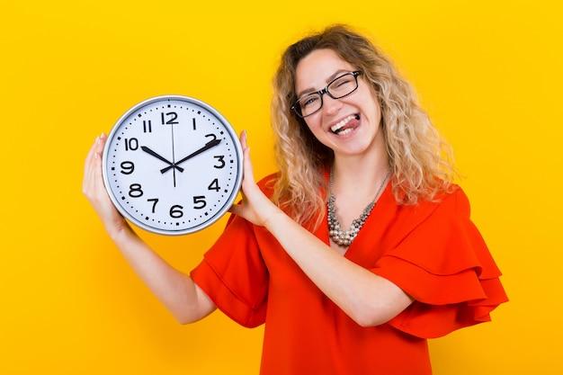 時計とドレスの女性