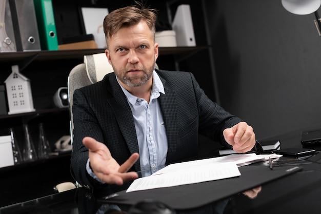 Бизнесмен проводит интервью в стильном офисе