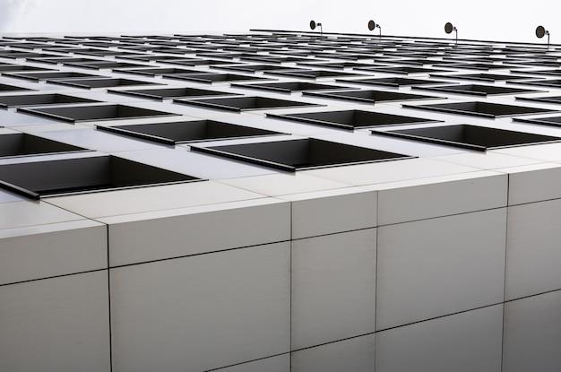 ビジネス街の中心部にあるフラットブロックの革新的な建設