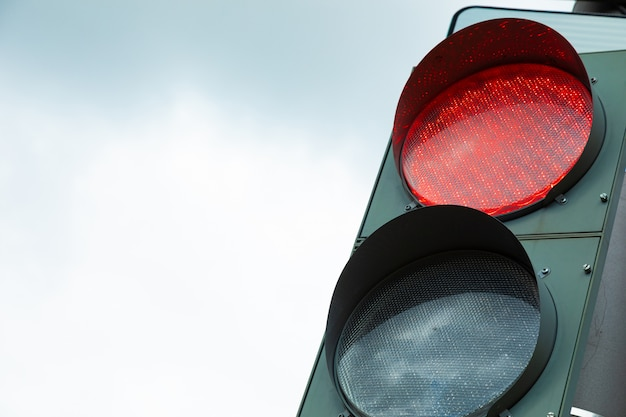 市内の交通信号の赤信号のクローズアップ