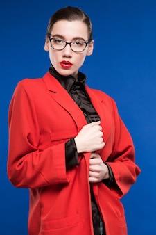 ジャケットとメガネのブルネットの肖像画