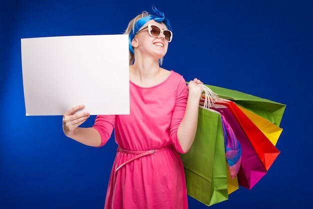 Девушка с сумками и бумажкой в руках