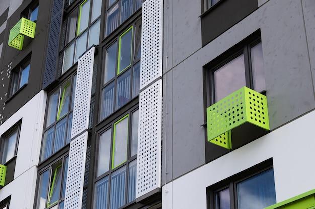 緑、白、灰色のアパートの壁