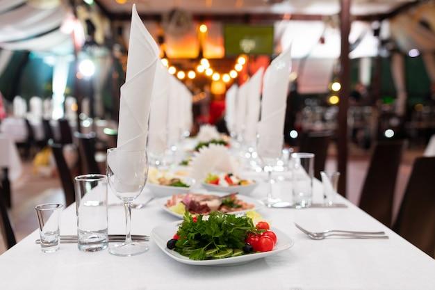 明るいスナックとお祝いテーブル