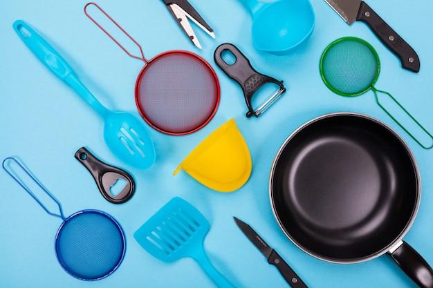 Кухонная утварь, изолированных на синем