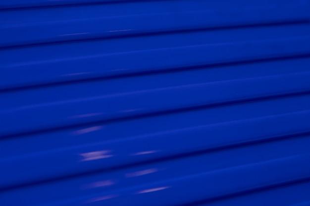斜めの鮮やかな青い金属レリーフ表面