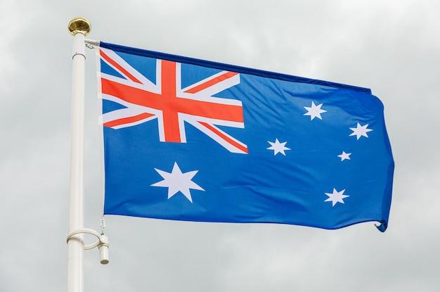 白い曇り空を背景にオーストラリアの旗