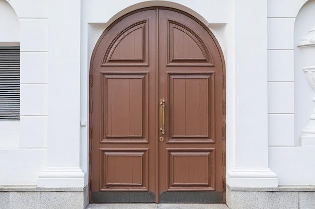 Арочные деревянные двери, старый стиль