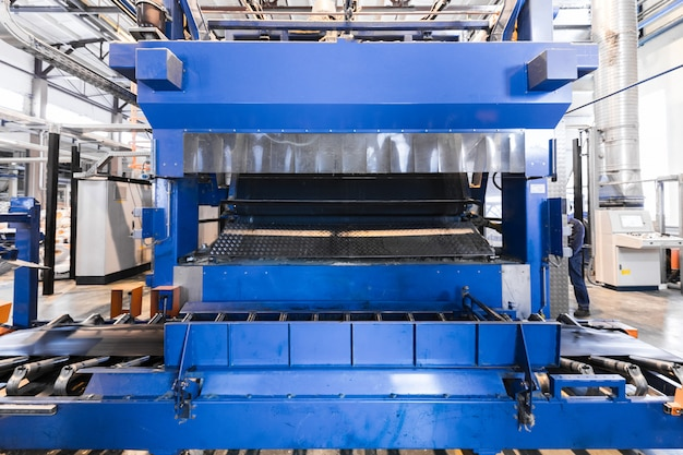 工場のワークショップのインテリアとガラス生産のマシン