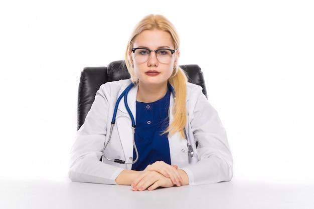 テーブルで白衣の女医