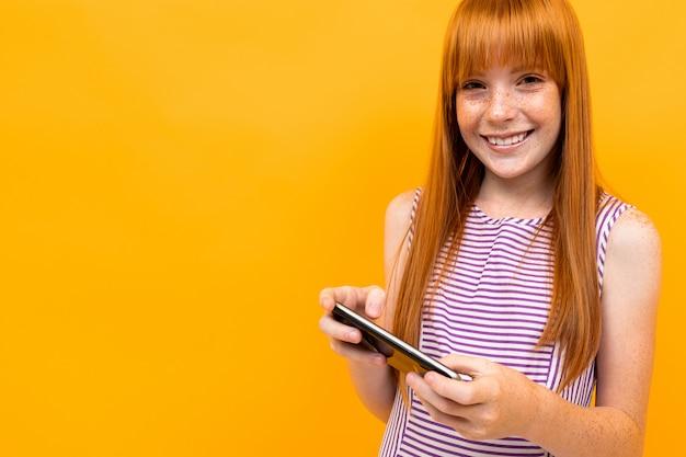 赤い髪の少女は電話で黄色のメッセージを送信します
