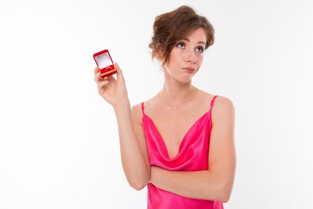 Девушка не хочет выходить замуж, легкомысленная невеста с обручальным кольцом в руках