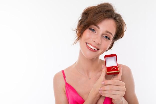Крупным планом портрет девушки с обручальным кольцом на белом