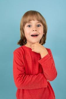 У подростка кавказского мальчика в красном жакете есть отличная идея, картинка, изолированная на синем