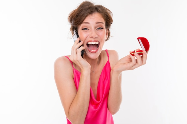 Невеста информирует своих друзей о дате свадьбы по телефону; взволнованная девушка, жених которой сделал предложение о браке
