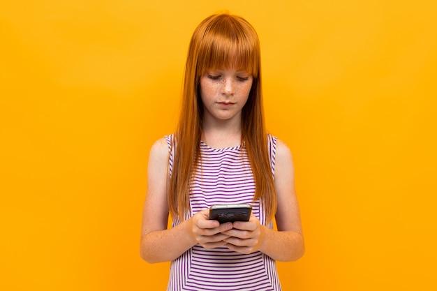 赤い髪の少女は電話でメッセージを送信します