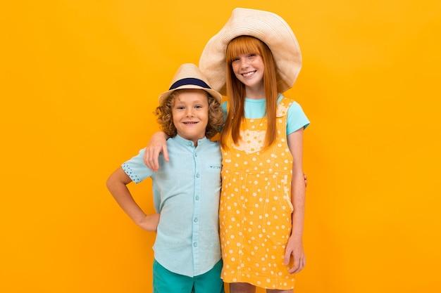 Рыжая девушка и мальчик стоят в объятиях