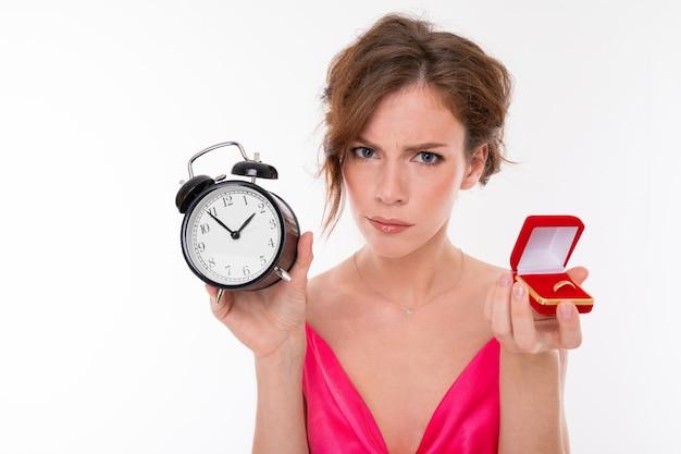 彼女の手に結婚指輪を持った怒っている花嫁、女の子は結婚式について新郎にほのめかします