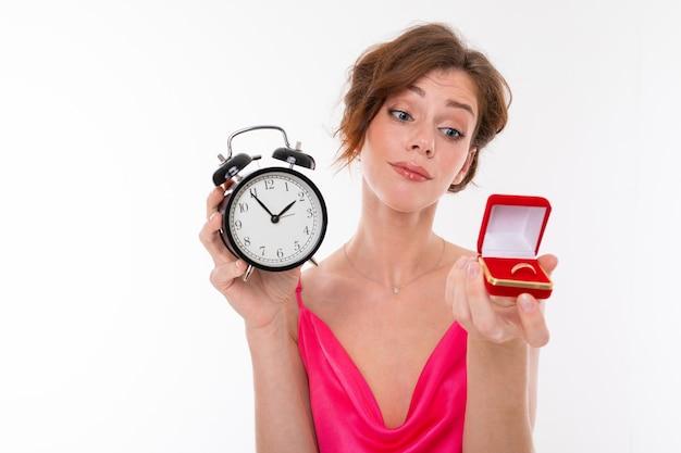 女の子は結婚する時間だとほのめかします