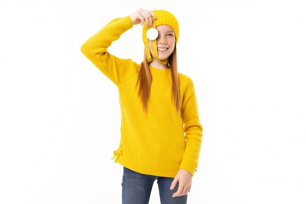 Портрет рыжеволосой европейской девушки с золотой медалью