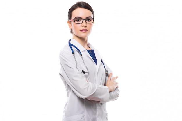 白地に白の制服を着た聴診器で組んだ腕を持つ若い女性医師