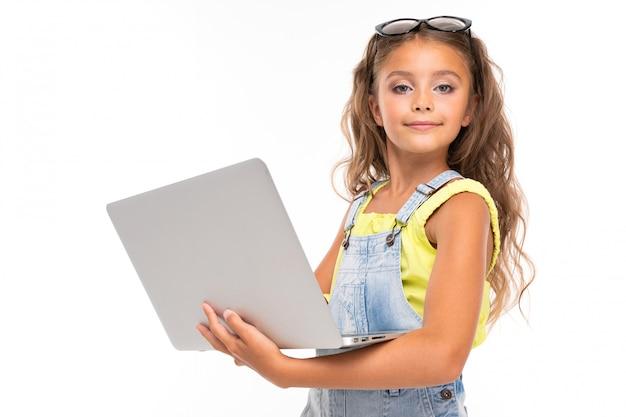 ラップトップを持つ少女のベルト付きの肖像画