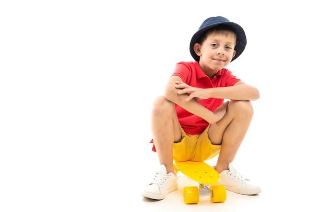 黄色のペニーと笑顔に座っている白人のティーンエイジャーの男の子