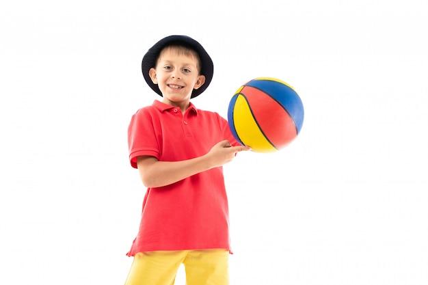 Кавказский подросток мальчик играть в баскетбол, картинка изолирована