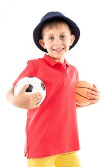 Кавказский подросток мальчик с баскетболом и футбольным мячом, картинка изолирована