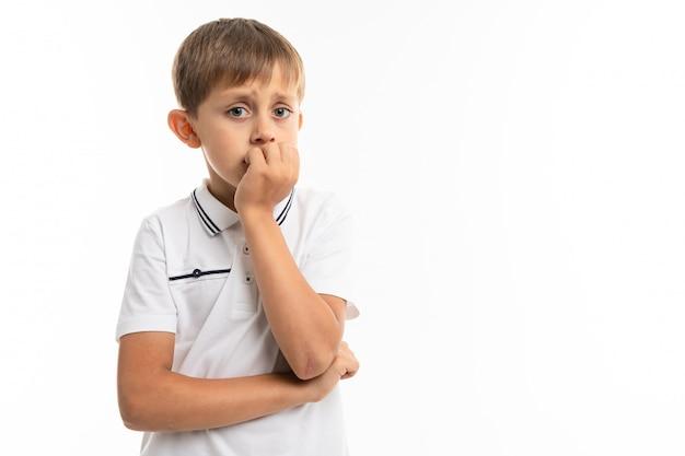 Маленький белокурый мальчик думает о чем-то серьезном, изолированном изображении