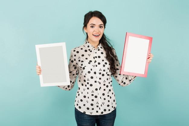 Молодая женщина с двумя пустыми рамками